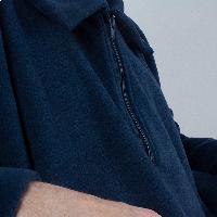 Capa larga en tejido polar con cuello camisero. INVIERNO
